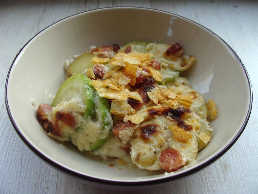 Zapiekanka z cukinii ziemniaków i kiełbasy z sosem Mornay